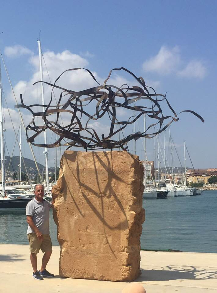 Tomás junto a su obra Colp de Mar