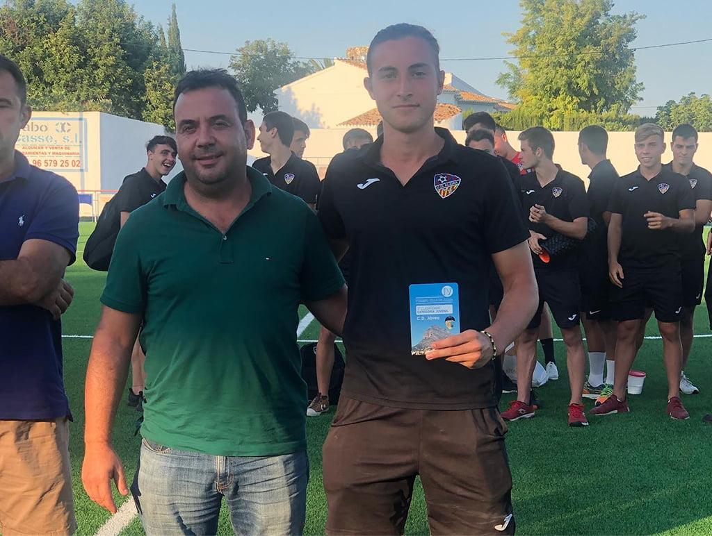 Capità de la UD Alzira amb el seu trofeu
