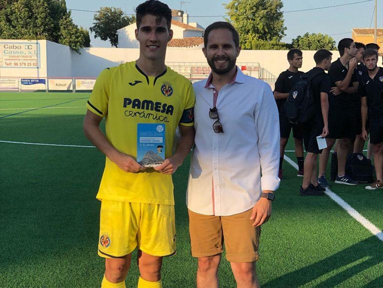 Capità del Vila-real amb el trofeu