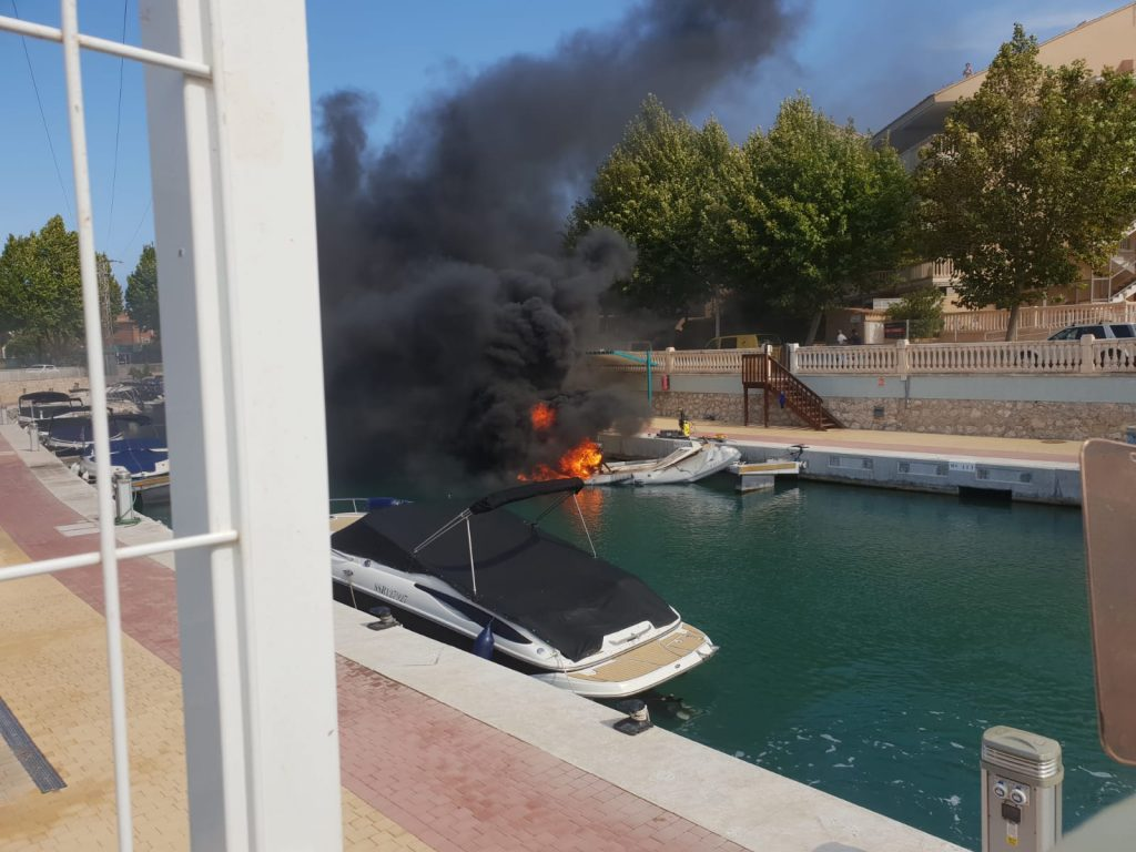 A zodiac catches fire on the Fontana canal