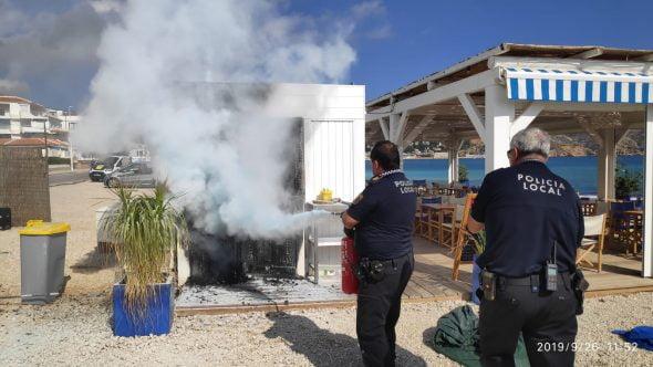 Imatge: Agents de policia apaguen les flames