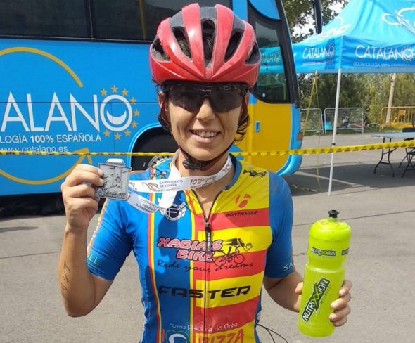 Imatge: Alicia Margalejo lluint el seu mallot de campiona autonòmica