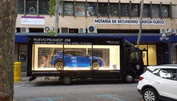Imagen: El camión de Peumóvil recorriendo Dénia para presentar el nuevo 208 - Peumóvil