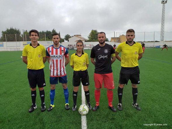 Image: Capitaines de CD Jávea et R. Rafelcofer avec juges de ligne et arbitres