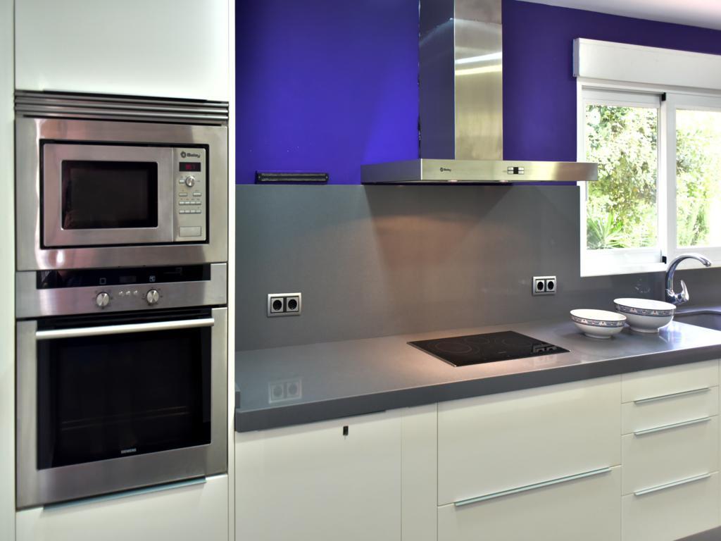 Cucina con elettrodomestici moderni in una villa in vendita ...
