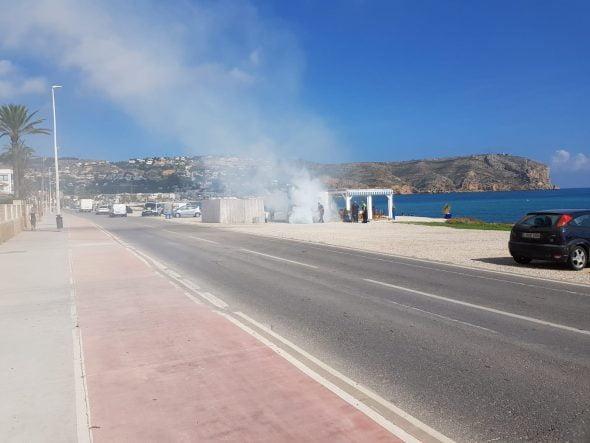 Imatge: Columna de fum al litoral de Xàbia