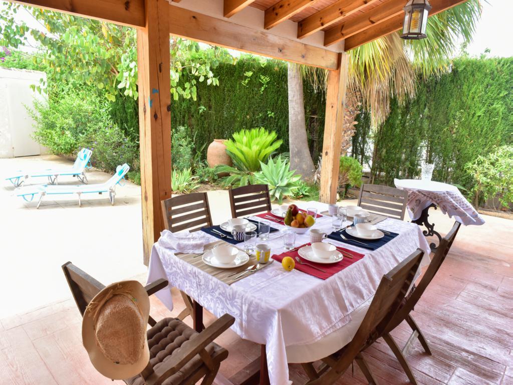 Comedor exterior en chalet en venta en Jávea - Atina ...