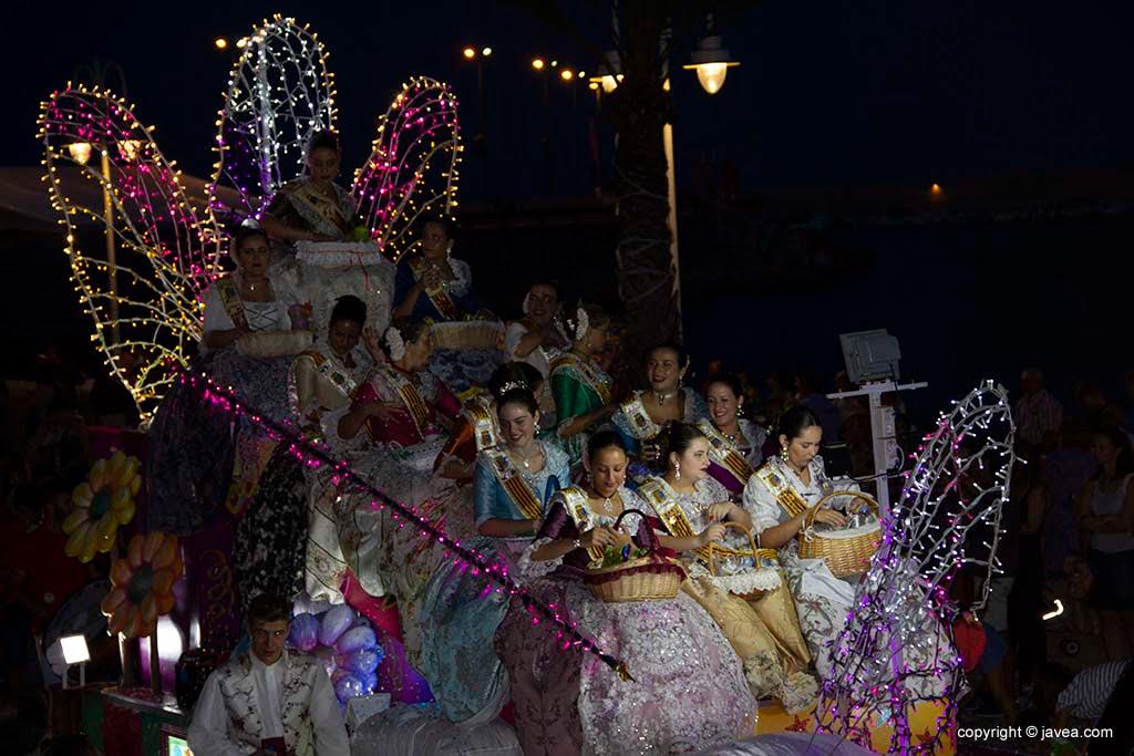 Carrossa de la Reina de Fogueres de Sant Joan 2019 costat de dames i cort d'honor