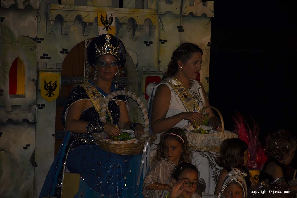 Abanderades de les festes de Moros i Cristians 2019 en la desfilada de carrosses de festes de Loreto