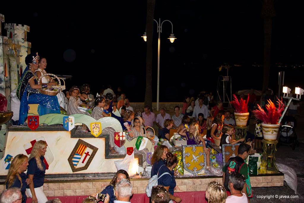 Representants de les festes de Moros i Cristians en la desfilada de carrosses de Loreto