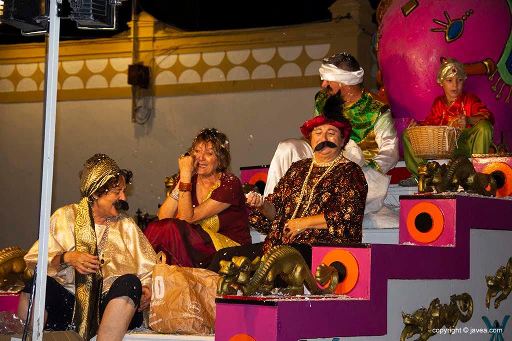 La comissió de festes de Loreto disfressades en la desfilada de carrosses