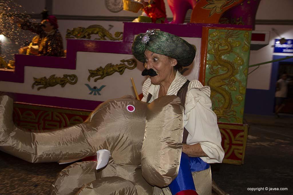 Una participant de la desfilada de carrosses de les festes de Loreto de Xàbia