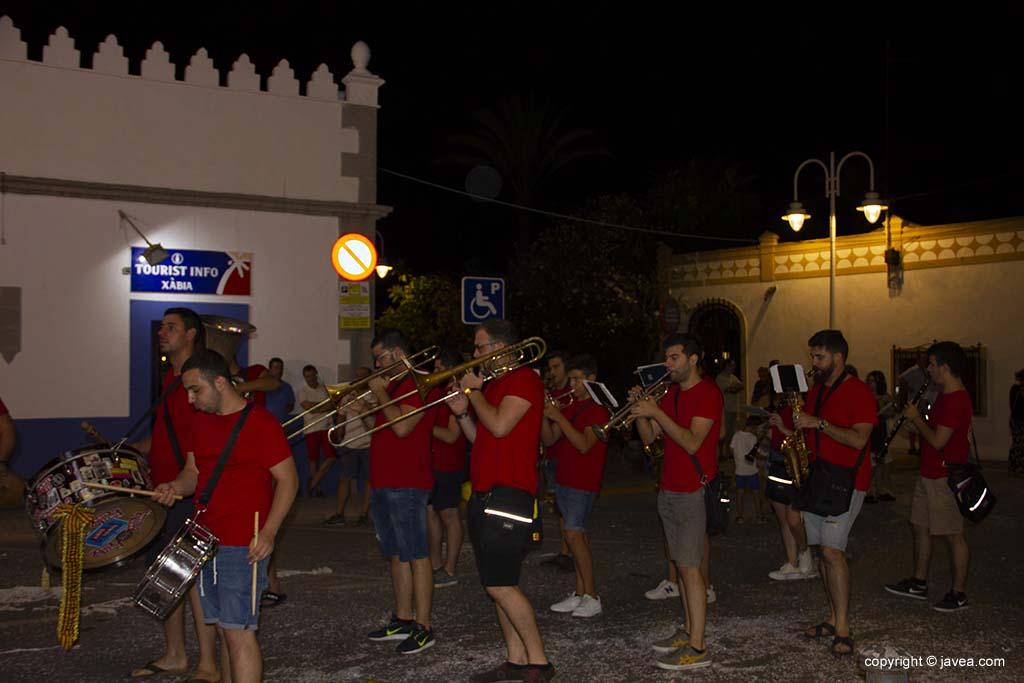 Una xaranga actua durant la desfilada de carrosses de les festes de Loreto de Xàbia