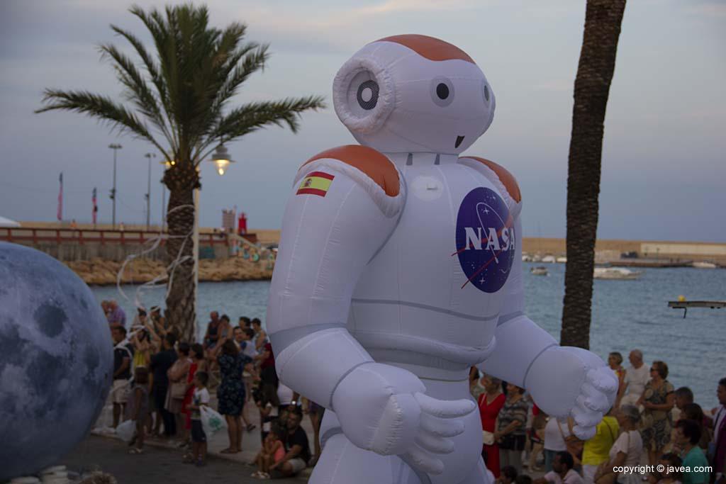 Un astronauta obria la desfilada de carrosses de Xàbia
