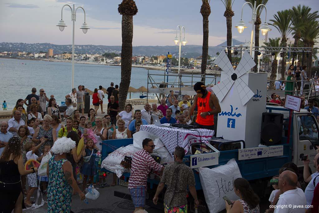 Les penyes marineres participen en la desfilada de carrosses