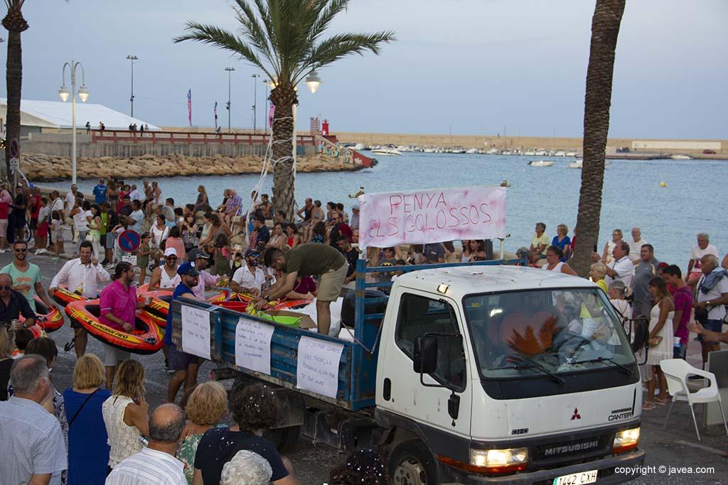 Les penyes participen en la desfilada de carrosses de festes de Loreto de Xàbia 2019