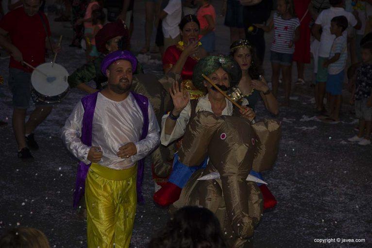 Membres de la Comissió de Festes de Loreto en la desfilada de carrosses