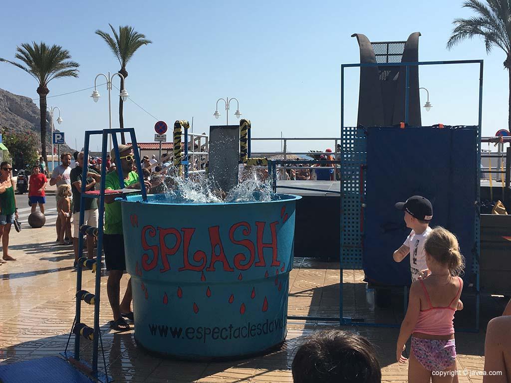 Los niños se divierten en las actividades de agua