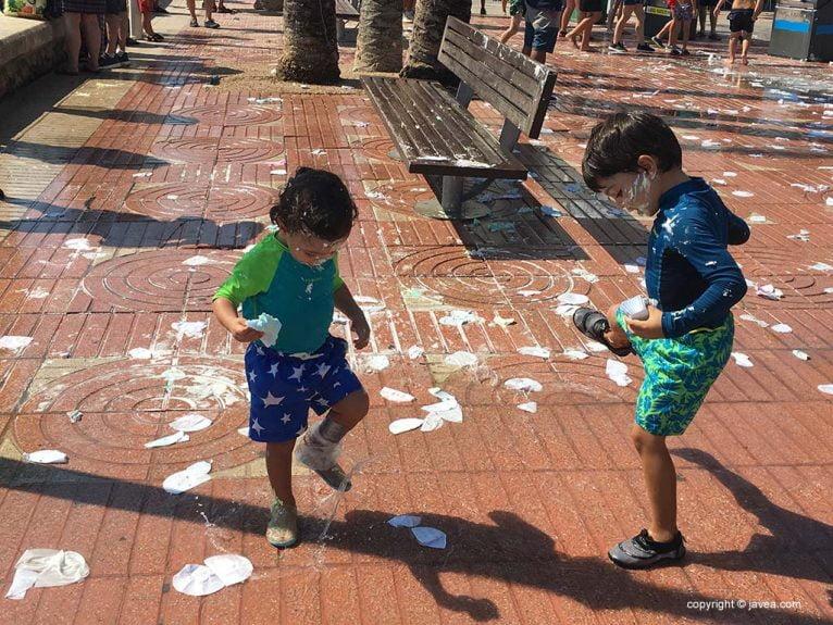 Los pequeños participan en la merengà