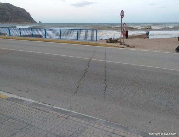 Imagen: Dos de las seis grietas que han aparecido sobre el Puente de Triana de Xàbia