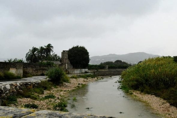 Afbeelding: De stroom van de Gorgos-rivier is de afgelopen uren gedaald