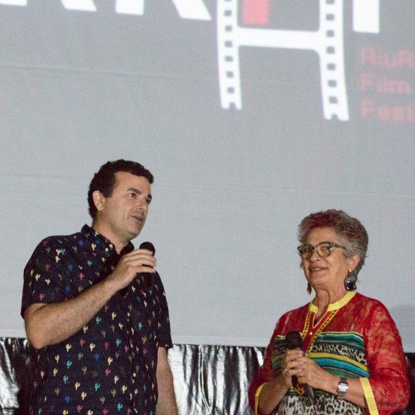 Bild: Stadtrat Raúl García de la Reina und Anna Perles, Präsidentin der Ass Ecola de Cinema Riurau