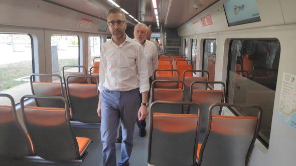 Afbeelding: De minister in de nieuwe dubbele trein