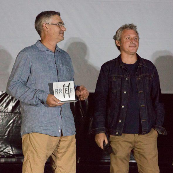 Bild: Der Präsident des Cine Club Pessic und sein Sprecher Romualdo Soler erhalten die Ehrung des Riurau Film Festivals