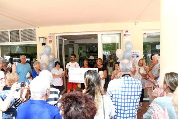 Imagen: Entrega del cheque de 1196 euros a Cruz Roja Jávea