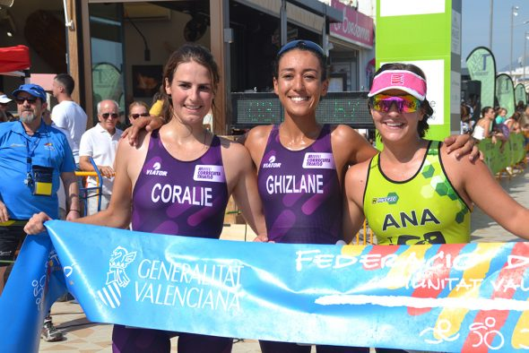 Imagen: Ghilzane junto a Coraline y Ana Bisquert podio Sprint Femenino