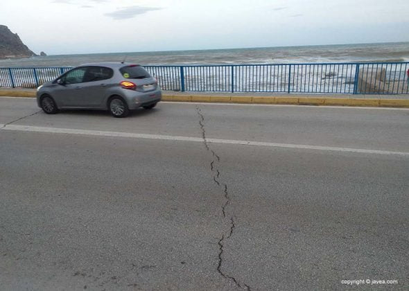 Image: Cracks in the vial over the Triana Bridge