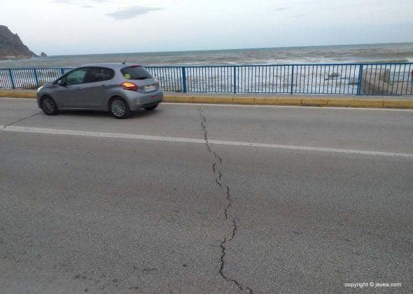 Imagen: Grietas en el vial sobre el Puente de Triana
