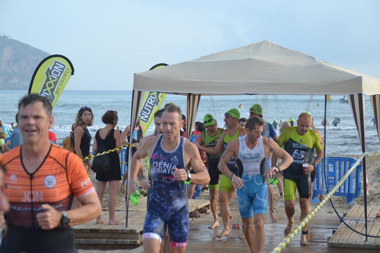 Grupo de triatletas saliendo del agua