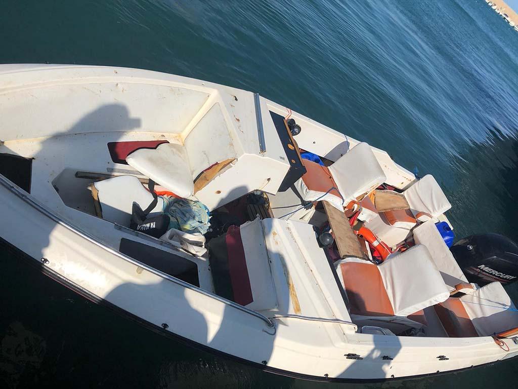 Interior de la embarcación encontrada en alta mar por el pesquero de Xàbia