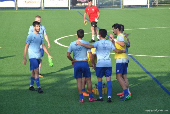 Imagen: Jugadores del Jávea calentando antes de un partido