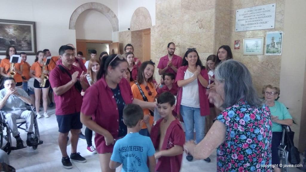 La Comissió de Festes visita als residents de l'Asil Germans Cholbi