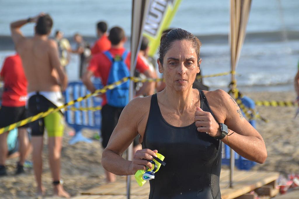 La dianense Elisa García saliendo del mar