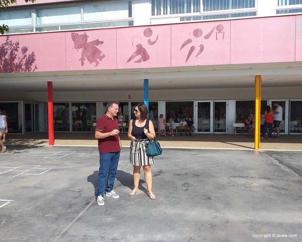 Imatge: L'edil d'Educació Montse Villaverde al costat del director del col·legi Arenal, Dani Martinez