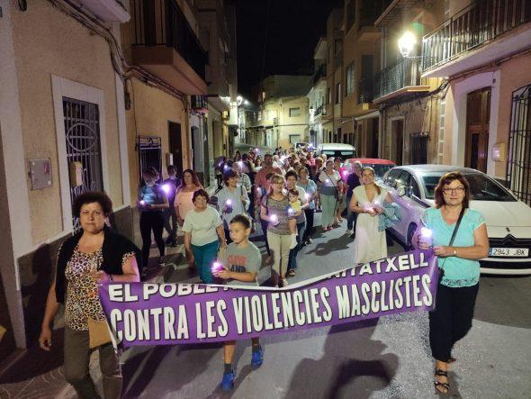 Bild: Der violette Marsch zieht sich durch die Straßen von Benitatxell