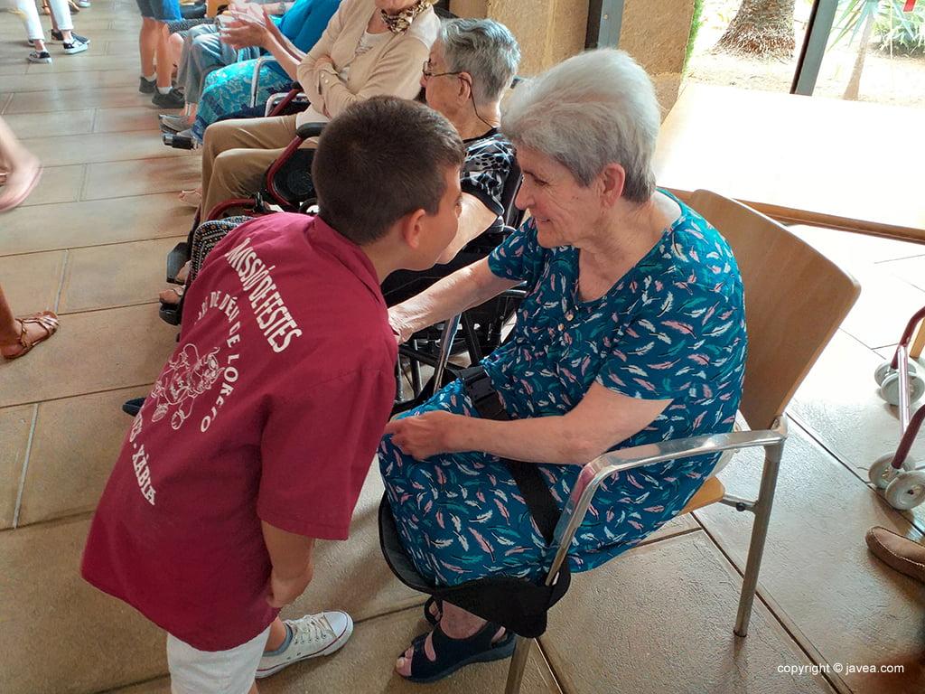 Els petits de la Comissió conversant amb els residents del Centre de Dia