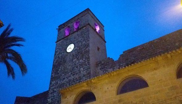 Imagen: Los principales monumentos de Xàbia visten el violeta