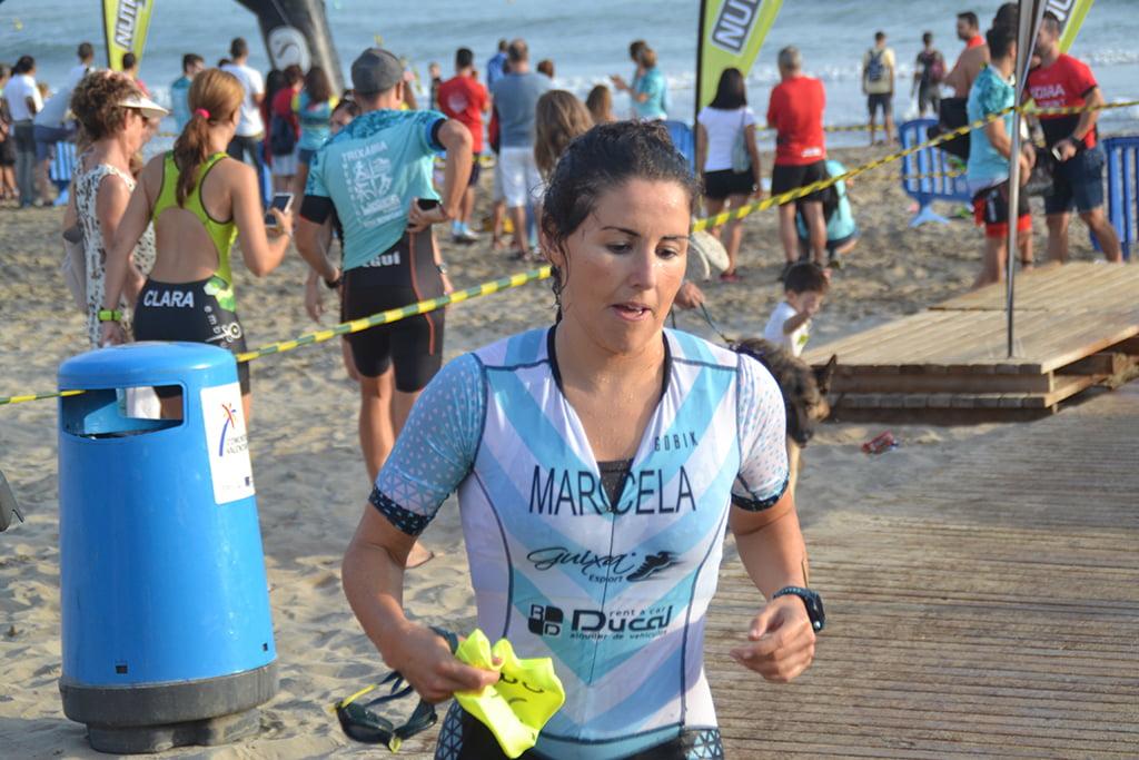 Marcela Juárez al salir del mar
