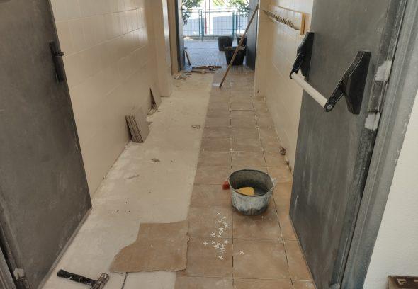 Imatge: Millores al terra del vestidor del col·legi de Benitatxell