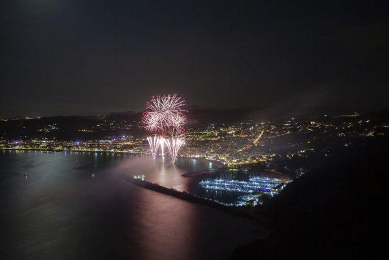 Tiro espetacular do castelo de fogos de artifício das festividades de Loreto