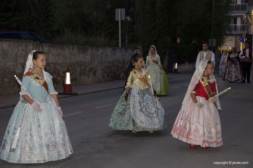Regina infantile di Fogueres de Sant Joan con le sue donne