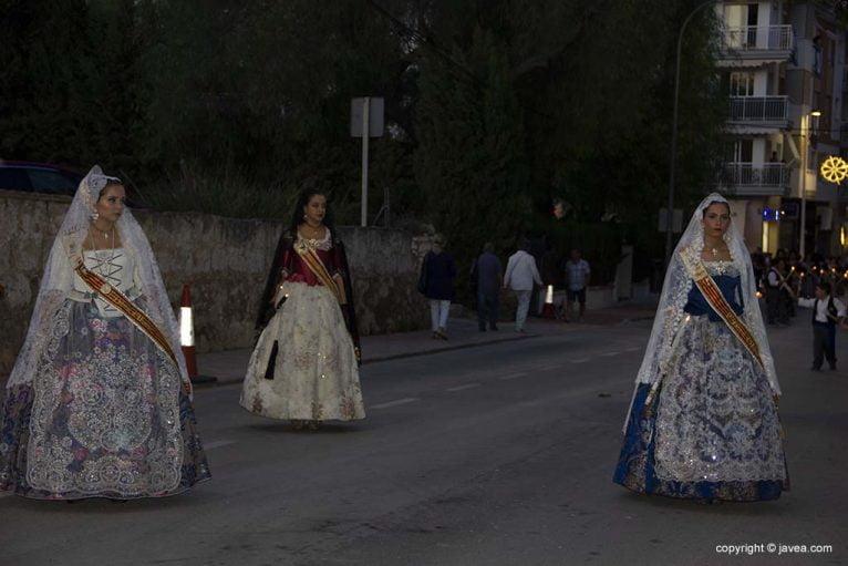 Regina di Fogueres de Sant Joan con le sue donne