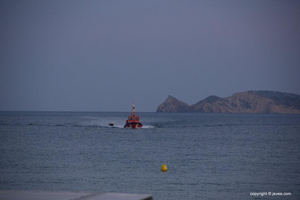 Salvament Marítim remolca la pastera fins al port de Xàbia