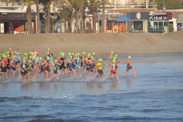 Immagine: partenza del triathlon olimpico