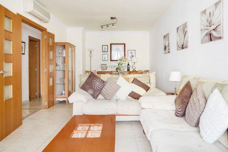 Sala de um apartamento que é vendido mobilado em Jávea - Inmobiliaria Belen Quiroga
