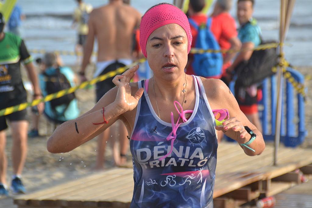 Triatleta dianense saliendo del mar